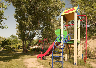 Установка детской площадки.