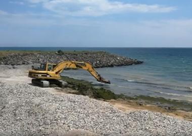 Уборка водорослей с пляжей