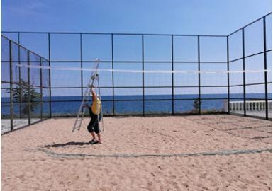 Обновляем волейбольную сетку на спортплощадке